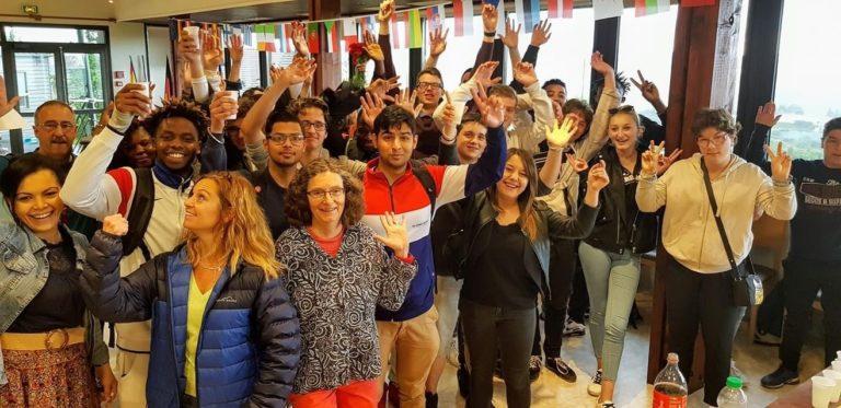 groupe de personnes levant les bras dans le centre de formation Les 13 Vents-EIMCL